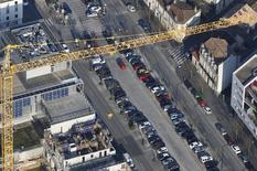 Una grúa de construcción se observa sobre un complejo nuevo de apartamentos en Burdeos, Francia, el 29 de febrero de 2016. La inversión en equipos y construcción fue el principal impulsor del crecimiento en la zona euro en los últimos tres meses de 2015, ayudando a compensar una contribución negativa del comercio por segundo trimestre consecutivo. REUTERS/Regis Duvignau
