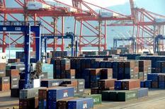 Contenedores fotografiados en un puerto en Lianyungang, China, 1 de marzo de 2016. Las grandes economías avanzadas están sufriendo un enfriamiento en las tasas de expansión, mientras que el panorama parece más estable en China, dijo el martes la Organización para la Cooperación y el Desarrollo Económicos. REUTERS/Stringer