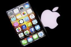 Iphone fotografado ao lado de logo da Apple. 26/02/2016 REUTERS/Regis Duvignau