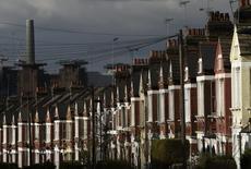 La producción industrial de Reino Unido creció en enero después de una fuerte caída en diciembre, ayudada por un repunte mayor al esperado en las manufacturas, mostraron datos oficiales el miércoles. En la imagen, una chimenea de una estación energética junto a una calle residencial de Londres,  el 7 de mazo de 2016. REUTERS/Toby Melville