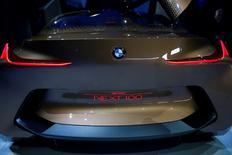 """Le concept-car """"Vision Next 100"""" de BMW présenté à Munich à l'occasion du centenaire du constructeur. BMW a conservé en 2015, pour la 11e année consécutive, son titre de premier constructeur haut de gamme du monde avec 1,91 million de voitures vendues sous sa marque, soit 5,2% de plus qu'en 2014. /Photo prise le 7 mars 2016/REUTERS/Michael Dalder"""