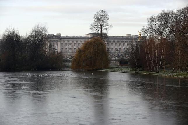 3月9日、エリザベス英女王が自国のEU離脱を支持と伝えた大衆紙報道をめぐり、バッキンガム宮殿は独立新聞基準組織に不服申し立て。同宮殿の風景。1月撮影(2016年 ロイター/Stefan Wermuth)