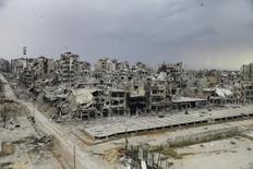 Разрушенные боями строения в сирийском Хомсе 10 мая 2014 года. Перемирие в Сирии действует бессрочно, сказал спецпредставитель ООН Стаффан де Мистура в среду, отметая предположения, что соглашение необходимо продлить в предстоящие выходные. REUTERS/Ghassan Najjar