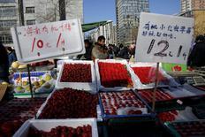 Прилавок с ценниками на рынке в Пекине 10 марта 2016 года. Потребительская инфляция в Китае превысила прогнозы в феврале, ускорившись до максимальных темпов с июля 2014 года, в то время как цены производителей замедлили падение второй месяц подряд, что отчасти освободило регуляторов от необходимости срочного принятия новых мер монетарного стимулирования. REUTERS/Kim Kyung-Hoon