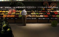 El sector de gran consumo, que engloba alimentación, cuidado del hogar y cuidado personal, cerró en 2015 con la mayor recuperación desde el inicio de la crisis en 2008, con un crecimiento del 1,7 por ciento a 71.000 millones de euros, según un informe de la consultoría Nielsen presentado el jueves. En la imagen de archivo, un hombre selecciona frutas y verduras de un supermercado de la cadena DIA en Madrid, el 24 de julio de 2015. REUTERS/Juan Medina