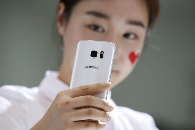 A model demonstrates a Samsung Electronics' new smartphone Galaxy S7 during its launching ceremony in Seoul, South Korea, March 10, 2016.  REUTERS/Kim Hong-Ji