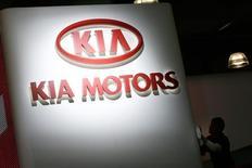 Логотип Kia Motors на автосалоне в Нью-Йорке. 19 марта 2008 года. Третий по объемам продаж в РФ автопроизводитель корейская компания Kia Motors благодаря локализации производства надеется увеличить долю на рынке в кризис, жертвуя прибылью, сказал Рейтер управляющий директор российского подразделения Kia. REUTERS/Keith Bedford
