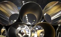 Трубы для проекта Южный поток на заводе ОМК в Выксе 15 апреля 2014 года. Консорциум компаний, планирующих построить вторую очередь газопровода Северный поток, которая будет поставлять газ в Европу с 2019 года, определился с поставщиками труб для проекта - ими станут три компании, включая российские ОМК и ЧТПЗ. REUTERS/Sergei Karpukhin