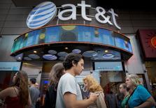 Al menos tres grandes compañías estadounidenses, AT&T Inc, Starwood Hotels & Resorts Worldwide y Marriott International Inc, trabajan para cerrar acuerdos de negocios en Cuba antes de que el presidente Barack Obama visite La Habana a fines de mes, dijo el viernes una persona conocedora de las negociaciones. En la imagen de archivo, los viandantes pasan por delante de la tienda de AT&T en Times Square, ciudad de Nueva York, el 17 de junio de 2015. REUTERS/Brendan McDermid