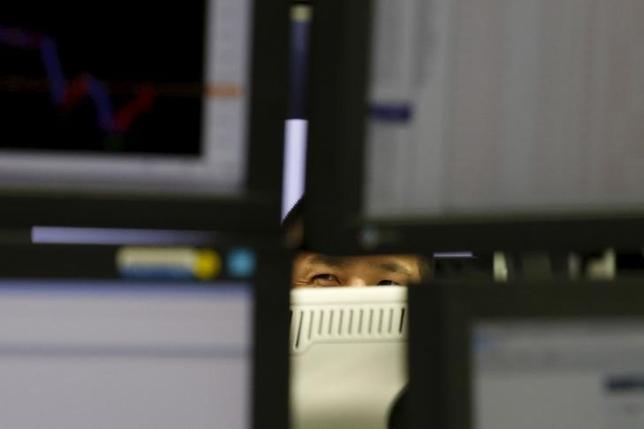 3月14日、今週の外為市場で、ドル/円はレンジ内で神経質な展開となりそうだ。写真はスクリーンを見つめる外為取引会社の従業員、都内で2月撮影(2016年 ロイター/Yuya Shino)