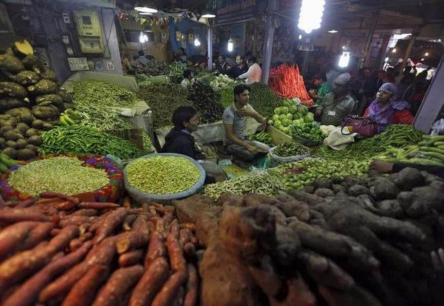 Customers buy vegetables from a stall at a market in Ahmedabad, India, January 12, 2016.  REUTERS/Amit Dave/Files