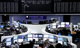 Les principales Bourses européennes ont ouvert en hausse lundi, dans le sillage des places asiatiques et de la clôture positive de Wall Street vendredi, l'élan donné par les dernières décisions de la Banque centrale européenne restant le principal moteur des marchés en ravivant l'appétit pour le risque. À Paris, l'indice CAC 40 gagne 0,72% à 09h15 tandis qu'à Francfort, le DAX prend 1,89%. /Photo prise le 14 mars 2016/REUTERS/Staff/Remote