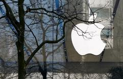 An Apple logo is seen at the entrance of an Apple Store in downtown Brussels, Belgium March 10, 2016.   REUTERS/Yves Herman