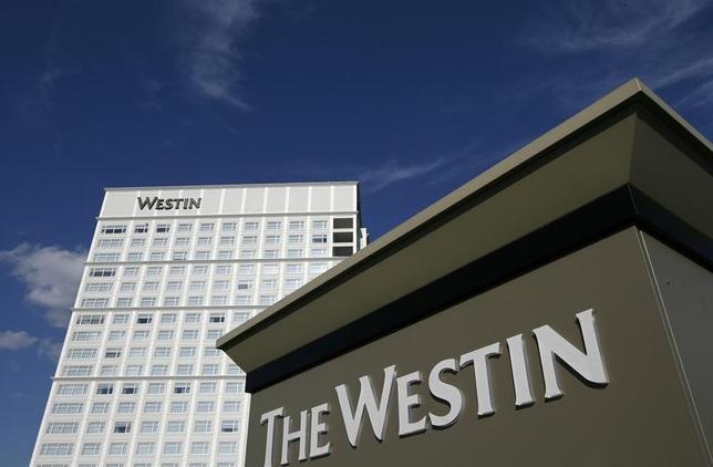 3月14日、中国の安邦保険集団が率いる企業集団は、米スターウッドに対して128億4000万ドルでの拘束力を持たない買収案を提示、マリオットが合意した買収計画に対抗する。写真はスターウッドが展開するウェスティンホテル。イリノイ州で2008年7月撮影(2016年 ロイター/Jeff Haynes)