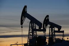 Станки-качалки Лукойла на Имилорском месторождении близ Когалыма 25 января 2016 года. Цены на нефть снижаются, и их шестинедельный подъем может подойти к концу, так как на мировом рынке сохраняется избыток нефти. REUTERS/Sergei Karpukhin