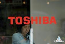Логотип Toshiba Corp в Токио 30 сентября 2015 года. Японский промышленное объединение Toshiba Corp находится на завершающем этапе переговоров о продаже своего бизнеса по производству бытовых приборов китайской компании Midea Group Co Ltd, сообщило деловое издание Nikkei. REUTERS/Toru Hanai