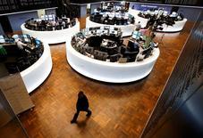 Les Bourses européennes restent en repli mardi à mi-séance, affaiblies par la baisse des cours des métaux et par les marchés asiatiques après la présentation par la Banque du Japon (BoJ) d'un tableau plus sombre de l'économie du pays. À Paris, l'indice CAC 40 perdait 0,82% vers 12h45. À Francfort, le Dax cédait 0,5% et à Londres, le FTSE lâchait 0,59%. /Photo d'archives/REUTERS/Ralph Orlowski