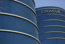 Oracle a publié mardi un bénéfice trimestriel supérieur aux attentes et dévoilé un nouveau programme de rachats d'actions de dix milliards de dollars. L'éditeur américain de logiciels a réalisé sur le trimestre clos le 29 février un bénéfice net en baisse à 2,14 milliards de dollars (1,93 milliard d'euros), contre 2,50 milliards un an plus tôt. /Photo d'archives/REUTERS/Robert Galbraith - RTX1GN4C
