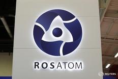 Логотип Росатома на World Nuclear Exhibition в Ле-Бурже 14 октября 2014 года. Россия уверена, что одержит победу в предстоящем тендере на строительство ряда АЭС в ЮАР, поскольку обладает самыми передовыми технологиями и предлагает выгодные цены из-за слабого рубля и низких цен на нефть, сообщил руководитель департамента международного бизнеса российской госкорпорации Росатом Николай Дроздов. REUTERS/Benoit Tessier