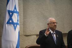 """Рейвен Ривлин  на церемонии в Кнессете. Иерусалим, 24 июля 2014 года. Президент Израиля Рейвен Ривлин в среду попросит Россию позаботиться о том, чтобы частичный вывод ее войск из Сирии не способствовал укреплению там иранских сил и ливанской """"Хезболлы"""", сказал израильский чиновник. REUTERS/Ronen Zvulun"""