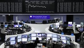 Las acciones europeas subían ligeramente en la apertura el miércoles, ayudadas por el alza del sector energético.  En la imagen, operadores en sus mesas delante del índice de precios alemán DAX en la bolsa de Fráncfort, Alemania, el 14 de febrero de 2016.     REUTERS/Staff/Remote