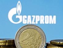 Монеты евро на фоне логотипа Газпрома. Зеница, 21 апреля 2015 года. Российский газовый концерн Газпром разместил евробонды на 500 миллионов швейцарских франков с погашением в ноябре 2018 года с купоном 3,375 процента годовых, сказали Рейтер два источника в банковских кругах. REUTERS/Dado Ruvic