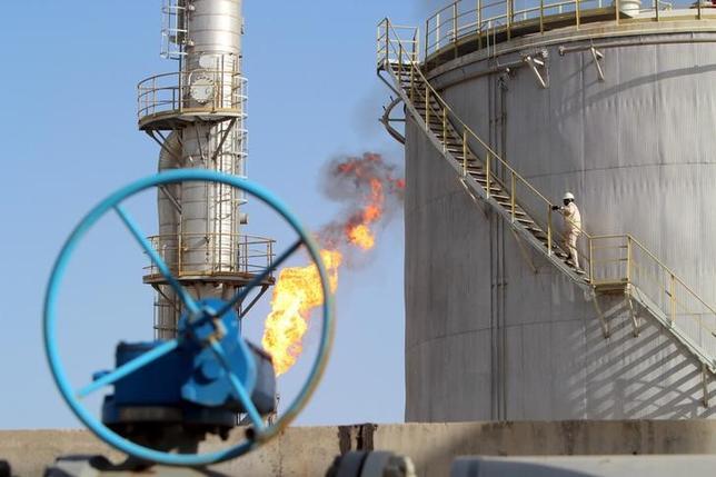 3月16日、ロシアのノバク・エネルギー相は、OPEC内外の産油国が4月17日にドーハで会合を開くことを確認。写真は2016年1月、バグダッド南東にある油田で撮影(2016年 ロイター/Essam Al-Sudani)
