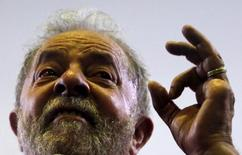 Лула да Сильва разговаривает со сторонниками в Сан-Паулу.  Бывший президент Бразилии Луис Инасиу Лула да Силва займёт пост главы администрации нынешнего лидера страны Дилмы Русеф в попытке спасти её от импичмента.  REUTERS/Paulo Whitaker
