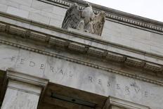 La Réserve fédérale a laissé mercredi ses taux d'intérêt inchangés, comme attendu, mais elle a laissé entendre que la croissance économique modérée et le dynamisme du marché du travail aux Etats-Unis pourraient lui permettre de reprendre le resserrement de sa politique monétaire dans le courant de l'année.  /Photo d'archives/REUTERS/Jonathan Ernst