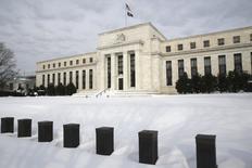 """El edificio de la Reserva Federal de Estados Unidos en Washington, ene 26, 2016. La Reserva Federal de Estados Unidos dejó el miércoles estables las tasas de interés, pero indicó que un moderado crecimiento económico y """"fuertes avances del empleo"""" le permitirán reanudar este año su política de endurecimiento monetario. REUTERS/Jonathan Ernst"""
