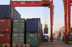 La contraction du commerce extérieur de la Chine va s'atténuer après le mois de mars, même si le contexte restera plus difficile cette année qu'en 2015, selon un porte-parole du ministère chinois du Commerce. Le commerce extérieur chinois s'est dégradé plus fortement que prévu en février, les exportations accusant leur plus important recul depuis six ans et l'excédent commercial diminuant de près de moitié.  /Photo d'archives/REUTERS/Stringer