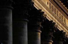 Les Bourses européennes sont en net repli à mi-séance jeudi, la hausse marquée de l'euro face au dollar occultant largement les effets bénéfiques des annonces de la Réserve fédérale américaine, parmi lesquels le rebond des cours des matières premières. À Paris, le CAC 40 abandonne 1,7% vers 12h15 tandis qu'à Francfort, le Dax perd 1,73%. /Photo d'archives/REUTERS/Christian Hartmann