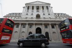 La Banque d'Angleterre (BoE), qui n'a pas modifié son taux d'intervention jeudi, estime que la livre sterling a réellement souffert de l'incertitude entourant l'issue du référendum du 23 juin sur le maintien de la Grande-Bretagne dans l'Union européenne (UE), incertitude susceptible de repousser certaines dépenses et investissements et donc de freiner la croissance. /Photo d'archives/REUTERS/Luke MacGregor