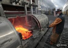 Рабочий на  алюминиевом комбинате в Красноярсе, принадлежащем Русалу. Промышленное производство РФ в феврале 2016 года выросло на 1,0 процента в годовом выражении, а по сравнению с предыдущим месяцем - на 0,1 процента с исключением сезонного и календарного факторов, сообщил Росстат в четверг.  REUTERS/Ilya Naymushin