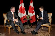 Canadian Prime Minister Justin Trudeau meets with Thomson Reuters CEO Jim Smith (L) in New York March 17, 2016. REUTERS/Brendan McDermid