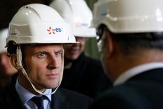 """lors d'un déplacement à la centrale nucléaire de Civaux, dans la Vienne, le ministre de l'Economie Emmanuel Macron a estimé jeudi que renoncer au projet de centrale nucléaire d'Hinkley Point serait """"une erreur"""" et annoncé que l'Etat français recapitaliserait EDF si nécessaire.  /Photo prise le 17 mars 2016/REUTERS/Stéphane Mahé"""