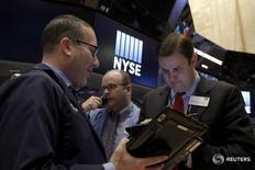 Трейдеры на торгах Нью-Йоркской фондовой биржи 4 марта 2016 года. Фондовый рынок США вырос в четверг, вытолкнув индекс Dow Jones на положительную территорию за год, так как сырьевые цены восстановились на фоне ослабления доллара, поддержав энергетические акции и сектор материалов. REUTERS/Brendan McDermid  -