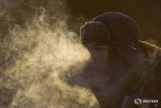 Рабочий холодным днем в Москве 24 декабря 2012 года. Выходные в Москве будут холодными, свидетельствует усреднённый прогноз, составленный на основании данных Гидрометцентра России, сайтов intellicast.com и gismeteo.ru. REUTERS/Maxim Shemetov