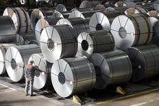Le sidérurgiste allemand Salzgitter a annoncé vendredi qu'il proposerait un dividende 2015 de 0,25 euro par action contre 0,20 euro l'année précédente, malgré une perte nette de 45,5 millions d'euros sur l'ensemble de l'année dernière. /Photo prise le 3 mars 2016/REUTERS/Fabian Bimmer