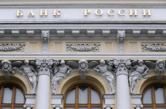 3月18日、ロシア中央銀行は主要政策金利を11.0%に据え置いた。据え置きは予想通り。ただ、引き締め的な金融政策を維持する必要があるとする文言は大方のアナリスト予想よりもタカ派的だった。写真は1月29日、モスクワ中心部にあるロシア中央銀行(2016年 ロイター/Maxim Zmeyev)