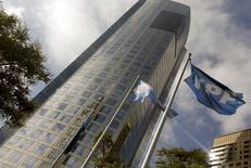 La sede de la petrolera argentina YPF en Buenos Aires. 16 de abril de 2015. La petrolera argentina YPF informó el viernes que colocó un bono a cinco años por 1.000 millones de dólares al 8,5 por ciento, por debajo de la guía inicial, con una gran demanda por el papel. REUTERS/Enrique Marcarian