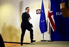 Un referéndum para que Reino Unido abandone la Unión Europea le podría costar a la economía 100.000 millones de libras (145.000 millones de dólares) y 950.000 empleos en 2020, según una investigación encargada por el grupo Confederación de la Industria Británica (CBI, por sus siglas en inglés). En la imagen, el primer ministro británico David Cameron sube al escenario para dirigirse a los medios después reunión de líderes de la Unión Europea en Bruselas, Bélgica, el 19 de febrero de 2016.  REUTERS/Dylan Martinez