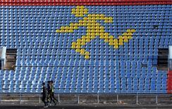 Спортсмены тренируются на стадионе в Ставрополе. 10 ноября 2015 года. Четыре допинг-пробы российских легкоатлетов дали положительный результат на запрещенный препарат мельдоний, сообщил глава российской легкоатлетической федерации в понедельник. REUTERS/Eduard Korniyenko