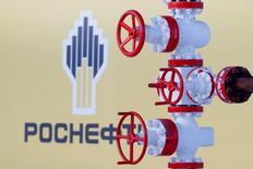 Логотип Роснефти на Самотлорском месторождении в Западной Сибири. 26 января 2016 года. Долги крупнейшей российской нефтекомпании Роснефть, скорее всего, возрастут в результате покупки доли в индийской Essar Oil, сообщило в понедельник рейтинговое агентство Moody's. REUTERS/Sergei Karpukhin