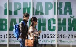 Пешеходы у объявления ярмарки вакансий в Ставрополе. 17 октября 2013 года. Число безработных в России в феврале 2016 года составило, по оценке, 4,429 миллиона человек, или 5,8 процента экономически активного населения, по сравнению с 4,428 миллиона (5,8 процента) месяцем ранее, сообщил Росстат в понедельник. REUTERS/Eduard Korniyenko