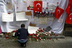 """Место взрыва на улице Истикляль в Стамбуле.  Турецкие газеты в понедельник опубликовали фотографии ещё трех человек, которые, как подозревается, планируют взрывы в Стамбуле от имени """"Исламского государства"""", после того как в результате атаки предполагаемого участника радикальной группировки в Стамбуле погибли три гражданина Израиля и гражданин Ирана. REUTERS/Osman Orsal"""