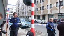 Сотрудники службы экстренной помощи на месте взрыва в брюссельском метро.  Десять человек, вероятно, погибли в результате взрыва в метро Брюсселя во вторник, сообщил телеканал VTM. REUTERS/Reuters TV