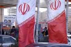 Иранские флаги на АЗС в Тегеране. 25 января 2016 года. Экспорт нефти из Ирана увеличился на 900.000 баррелей в сутки и достиг 2,2 миллиона баррелей через два месяца после снятия санкций, сообщил во вторник высокопоставленный чиновник. REUTERS/Raheb Homavandi/TIMA