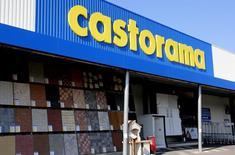 Kingfisher a annoncé mercredi une hausse de 0,3% de son bénéfice annuel, battant ainsi le consensus, mais la première chaîne européenne de magasins d'amélioration de l'habitat s'est dite prudente pour la France, son marché le plus rentable où elle possède les marques Castorama et Brico Dépôt. /Photo prise le 29 février 2016/ REUTERS/Jacky Naegelen