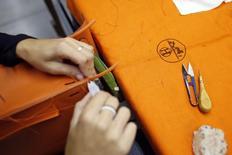 Сумка Kelly на фабрике Hermes в Селонкуре, Франция 4 октября 2013 года. Французский люксовый бренд одежды и аксессуаров Hermes сообщил в среду о повышении дивидендов на 14 процентов после 13-процентного роста чистой прибыли в 2015 году. REUTERS/Benoit Tessier